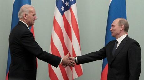 Le Premier ministre russe Poutine serre la main du vice-président américain Biden lors de leur rencontre à Moscou en 2011