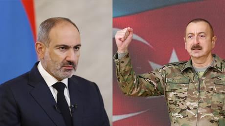 A gauche, le Premier ministre arménien Nikol Pashinyan tient un discours télévisé à la nation à Erevan le 3 octobre 2020 (image d'illustration). A droite, le président azerbaïdjanais Ilham Aliyev lors d'un discours télévisé à la nation le 8 novembre 2020 (image d'illustration).