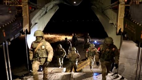 Des soldats russes montent dans un avion de transport militaire dans le cadre de la mission de maintien de la paix russe dans le Haut-Karabagh, le 9 novembre (image d'illustration).