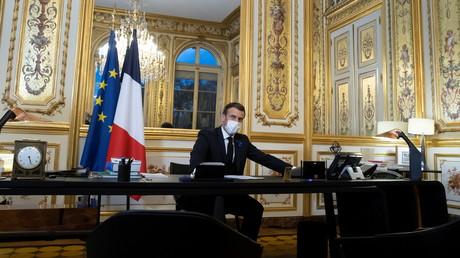 Le président français Emmanuel Macron s'entretient au téléphone avec Joe Biden, depuis l'Elysée à Paris, le 10 novembre 2020.