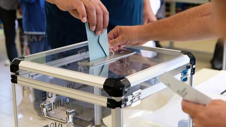 Une personne vote dans un bureau de vote lors du référendum sur l'indépendance sur le territoire français du Pacifique Sud de la Nouvelle-Calédonie à Nouméa le 4 octobre 2020 (image d'illustration).