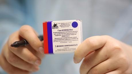 Un soignant montre une boîte de Spoutnik V, à Volgograd (image d'illustration).