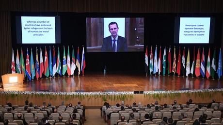 Le président syrien Bachar el-Assad s'exprime en visioconférence lors de la conférence internationale sur le retour des réfugiés syriens, à Damas, le 11 novembre 2020.