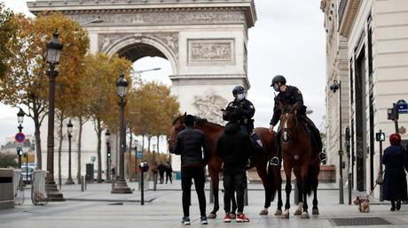 Des agents de la police montée vérifient des attestations de déplacement non loin de l'Arc de Triomphe, sur les Champs-Elysées, à Paris, le 31 octobre 2020 (image d'illustration)