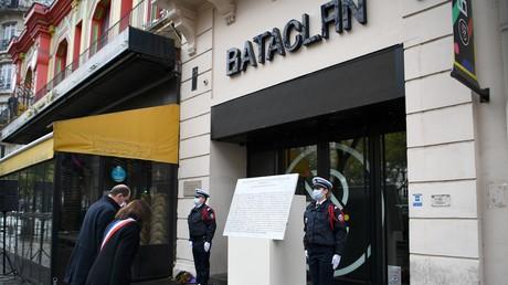 Le Premier ministre français Jean Castex et le maire de Paris Anne Hidalgo rendent hommage aux victimes de l'attentat du Bataclan, le 13 novembre 2020.