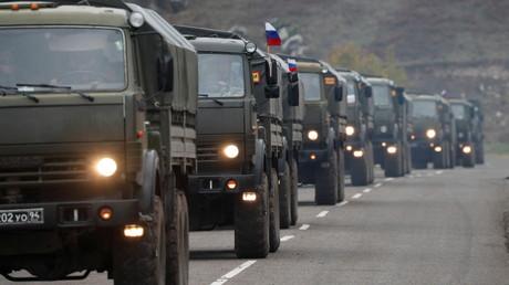 Des camions des forces de maintien de la paix russes roulent le long d'une route près de Lachin dans la région du Haut-Karabakh, le 13 novembre 2020.