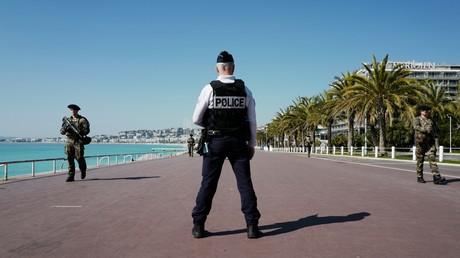 Un agent de la police nationale et deux militaire sur la promenade des Anglais à Nice, lors de l'opération Sentinelle, le 18 mars 2020 (image d'illustration)