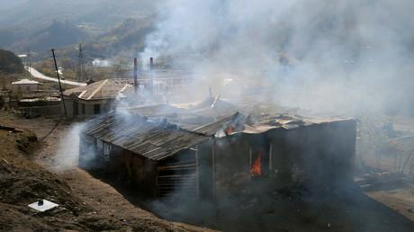 Une maison en feu dans le village de Charektar, le 14novembre 2020.