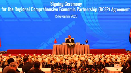 Le Premier ministre vietnamien Nguyen Xuan Phuc assiste à la cérémonie de signature du pacte commercial du Partenariat économique régional global (RCEP) lors du sommet de l'ASEAN qui se tient en ligne à Hanoi, le 15 novembre 2020.