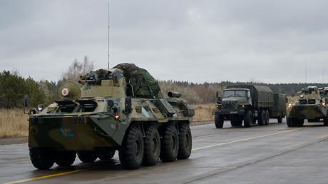 Cette photo publiée par le ministère russe de la Défense le 15 novembre 2020 montre des véhicules militaires russes embarquant dans un avion cargo militaire à Oulianovsk, en Russie (image d'illustration).