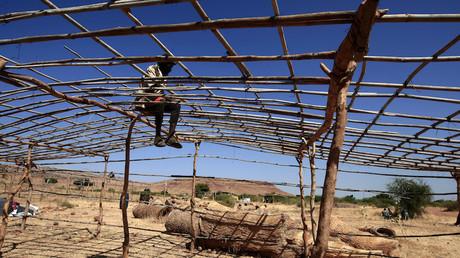 Un réfugié éthiopien monte une tente à Gadaref au Soudan, après avoir fui le conflit qui sévit entre la région du Tigré et l'Erythrée (image d'illustration).