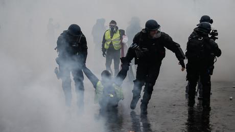 Dans cette photo prise le 1er décembre 2018, des gendarmes interpellent un manifestant portant un gilet jaune à Paris (image d'illustration).