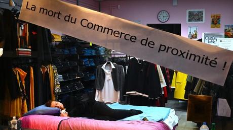 Une commerçante dans son magasin de vêtements à Blotzheim, dans l'est de la France, le 31 octobre 2020 (image d'illustration).
