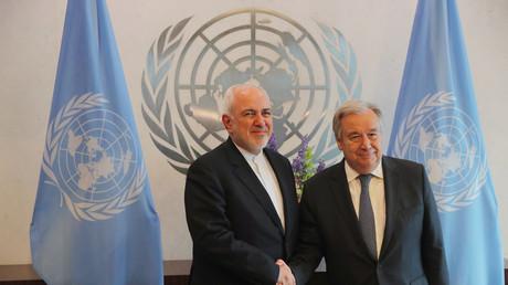 Le ministre iranien des Affaires étrangères Javad Zarif serre la main du secrétaire général de l'ONU Antonio Guterres à New York, le 18 juillet 2019 (image d'illustration).