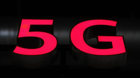 Un logo 5G lumineux est exposé lors du 10e forum mondial sur le haut débit mobile organisé par le géant chinois de la technologie Huawei à Zurich le 15 octobre 2019 (image d'illustration).