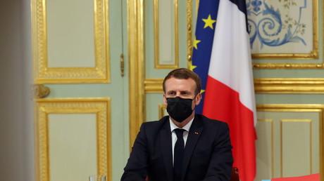 Emmanuel Macron avant une visioconférence depuis l'Elysée, le 29 octobre 2020 (image d'illustration).