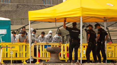 Un groupe de migrants fait face à la police espagnole dans le port d'Arguineguin, aux Canaries, le 25 octobre 2020 (image d'illustration)
