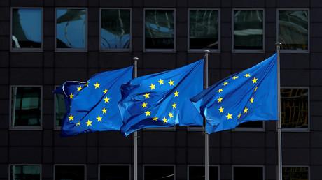 Des drapeaux européens flottent devant le siège de la Commission européenne, le 21août 2020 à Bruxelles (image d'illustration).