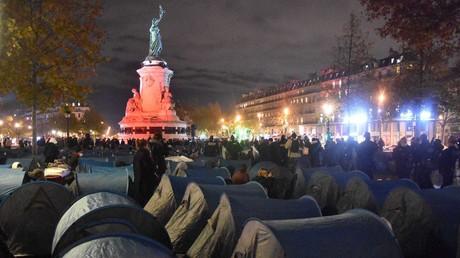 Tentes disposés par des militants à Paris en soutien aux migrants.