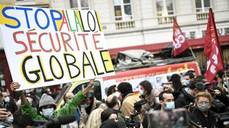 Un manifestant tient une pancarte indiquant «Stop à la loi sur la sécurité globale» lors d'une manifestation convoquée par les syndicats de journalistes et d'autres organisations visant à protester contre le projet de loi «sécurité globale», à Paris, le 17 novembre 2020 (image d'illustration).