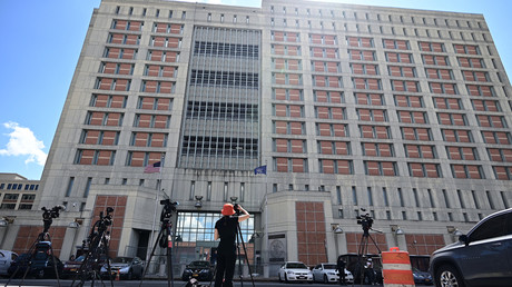 Des médias s'installent devant le Metropolitan Detention Center (MDC) à Brooklyn, le centre de détention administratif fédéral des Etats-Unis où Ghislaine Maxwell est emprisonnée, le 14 juillet 2020 à New York (image d'illustration).