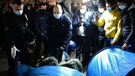 Les forces de l'ordre évacuent un camp de migrants sur la place de la République à Paris le 23 novembre 2020 (image d'illustration).