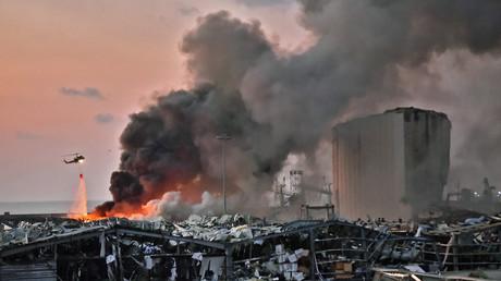 Un hélicoptère éteint un incendie sur les lieux de l'explosion dans le port de Beyrouth, la capitale libanaise, le 4 août 2020 (image d'illustration).