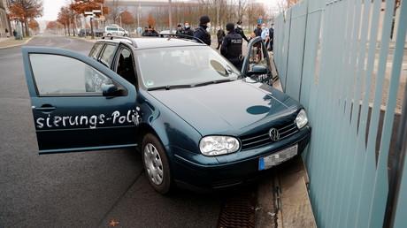 Le véhicule qui a foncé sur le bâtiment abritant les bureaux de la chancelière allemande, le 25 novembre à Berlin.
