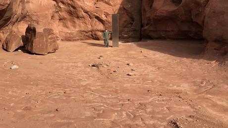 Un membre de département de la sécurité publique de l'Utah pose à côté du monolithe, le 18 novembre 2020.