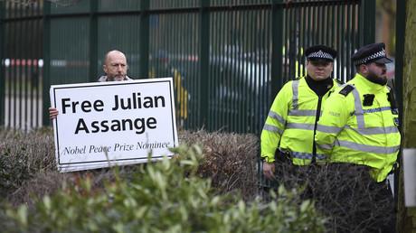 Un soutien de Julian Assange porte une pancarte appelant à sa libération en face de la prison de Belmarsh, dans le sud-est de Londres, le 24 février 2020 (image d'illustration).