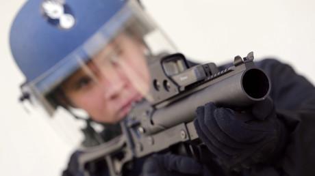 Un gendarme tient un LBD 40 lors d'un entraînement à Bordeaux, le 7 mars 2016 (image d'illustration).