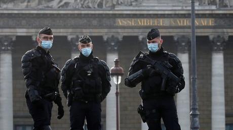 Des gendarmes devant l'Assemblée nationale lors du vote de la loi Sécurité globale, à Paris, le 24 novembre 2020 (image d'illustration).