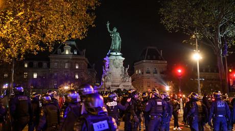Opération policière d'évacuation du camp de migrants place de la République à Paris, le 24 novembre.