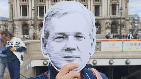 Un portrait de Julian Assange brandi par un manifestant lors d'une action de soutien à Paris le 5 septembre 2020 (image d'illustration).