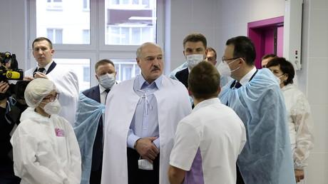 Le président biélorusse Alexandre Loukachenko lors de la visite d'un hôpital de Minsk, le 27novembre 2020 (image d'illustration).