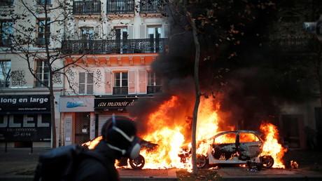 Une voiture qui brûle lors de la manifestation contre la loi Sécurité globale à Paris, le 28 novembre 2020