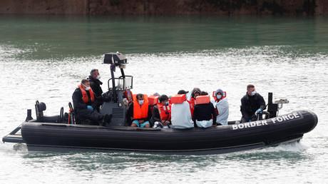 Des policiers aux frontières interceptent à Dover (Grande-Bretagne) des migrants qui tentent de traverser la Manche, le 7septembre 2020 (image d'illustration).