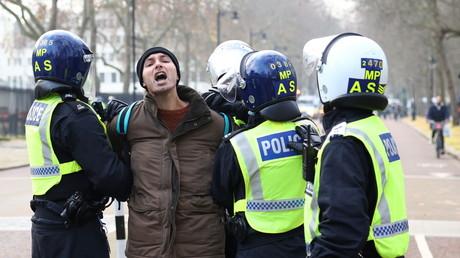 Des policiers arrêtent un manifestant anti-confinement lors d'une manifestation à Londres, le 28 novembre 2020 (image d'illustration).