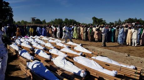 Des dizaines de victimes d'une tuerie perpétrée par des combattants terroristes ont été enterrées le 29 novembre à Zabarmari (Nigeria).