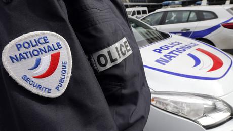 Un fonctionnaire des forces de l'ordre devant un véhicule de la Police nationale (image d'illustration).