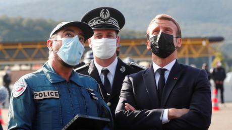 Emmanuel Macron assiste à une démonstration de drone au Perthus à la frontière franco-espagnole le 5 novembre 2020 (image d'illustration).