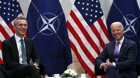 Le Secrétaire général de l'OTAN Jens Stoltenberg et l'ancien vice-président américain Joe Biden, lors d'une rencontre à Munich, en février 2015.
