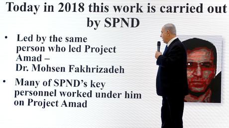 Le Premier ministre israélien Benjamin Netanyahu devant l'image du scientifique nucléaire iranien Mohsen Fakhrizadeh lors d'une conférence de presse au ministère de la Défense à Tel Aviv, Israël, le 30 avril 2018.