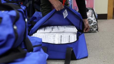 Des agents électoraux ouvrent des sacs contenant des bulletins de vote le lendemain du jour de l'élection à Kenosha, dans le Wisconsin, le 4 novembre 2020 (image d'illustration)