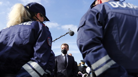 Emmanuel Macron s'adresse aux policiers lors d'un déplacement à la frontière franco-espagnole au col du Perthus (Pyrénées-Orientales).