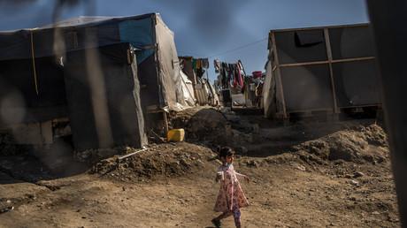 Une petite fille se baladant à travers les tentes dans le camp de réfugié de Samos en Grèce. (Image d'illustration)