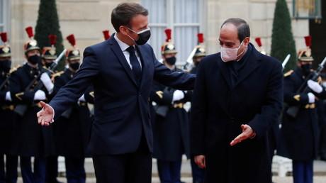 Le président français Emmanuel Macron accueille le président égyptien Abdel Fattah al-Sissi à l'Elysée à Paris lors de sa visite officielle en France, le 7 décembre 2020.