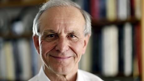 Le généticien français Axel Kahn compte passer Noël en famille, pas le 25 décembre, mais en juin.