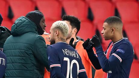 Les joueurs du PSG et de l'Istanbul Basaksehir en pleine discussion après des propos jugés racistes attribués au 4e arbitre, le 9 décembre 2020 au Parc des Princes (image d'illustation).