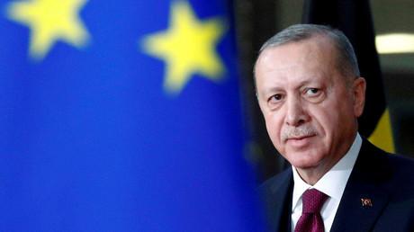 Le présidant turc Recep Tayyip Erdogan derrière le drapeau de l'UE lors d'une rencontre avec le président du Conseil européen Charles Michel, à Bruxelles, le  9 mars 2020 (image d'illustration)